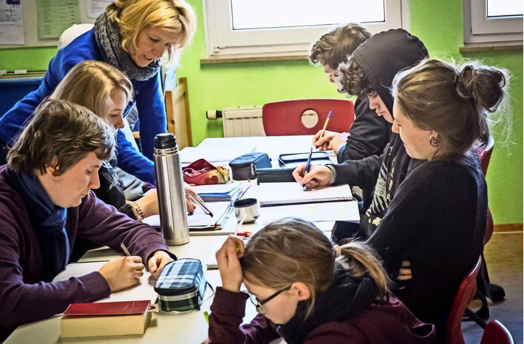 Früher wohnten in den Behelfsbauten an der Hohen Eiche Flüchtlinge, 2009 zog die Freie Aktive Schule ein. Die Nutzung wurde kürzlich bis 2023 verlängert. Foto: Lichtgut/Achim Zweygarth