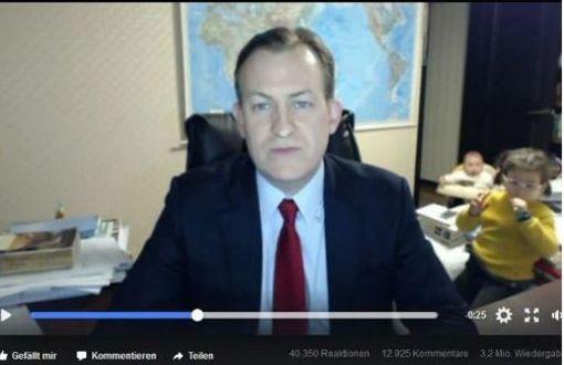 Professor lacht selber über das lustige Chaos-Video
