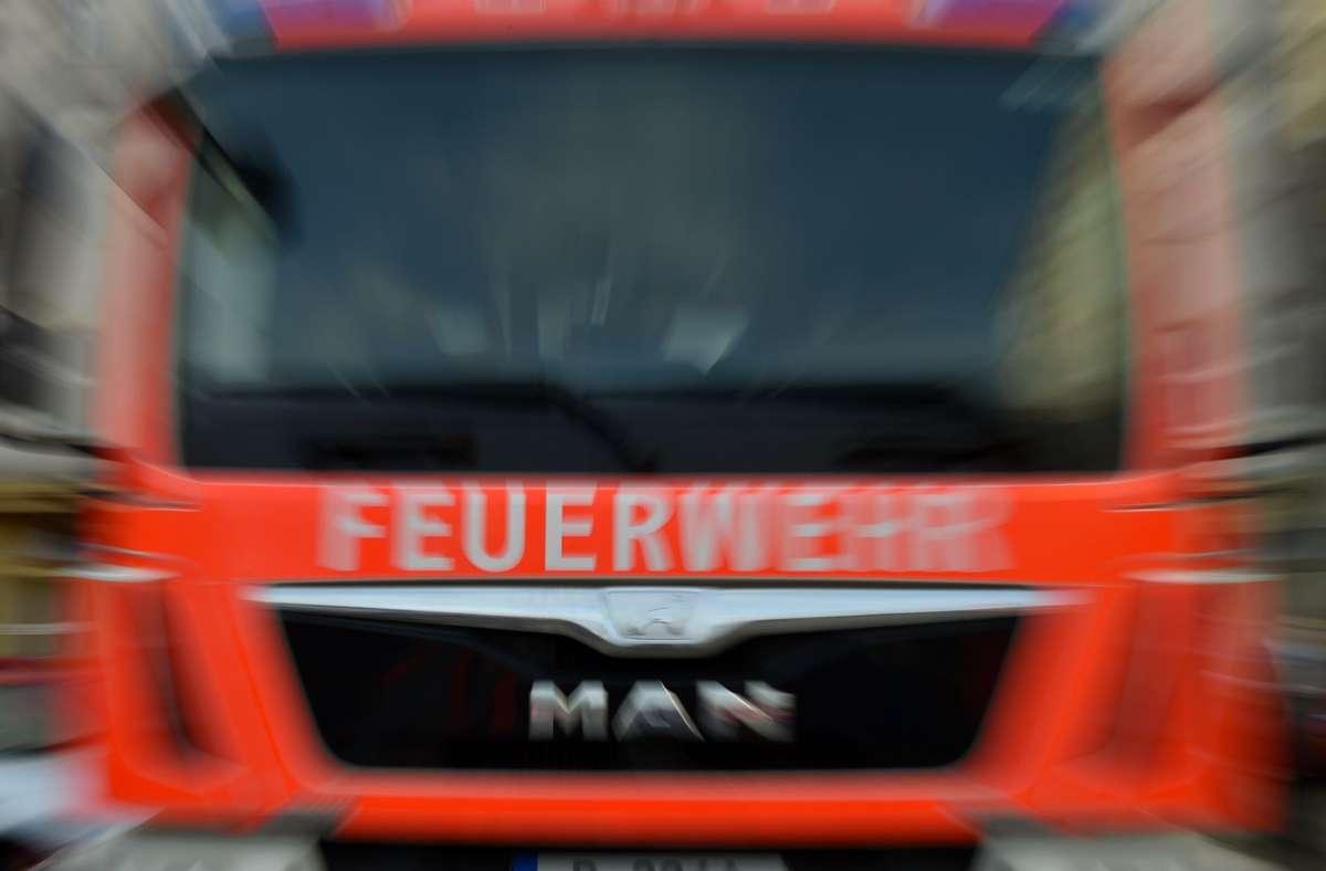 Vermutlich hatte zuvor jemand Räuchermaterial in der Wohnung in Neckarsulm angezündet, welches Kleidungsstücke und dann die Holzdecke in Brand setzte (Symbolfoto). Foto: picture alliance / Britta Peders/Britta Pedersen