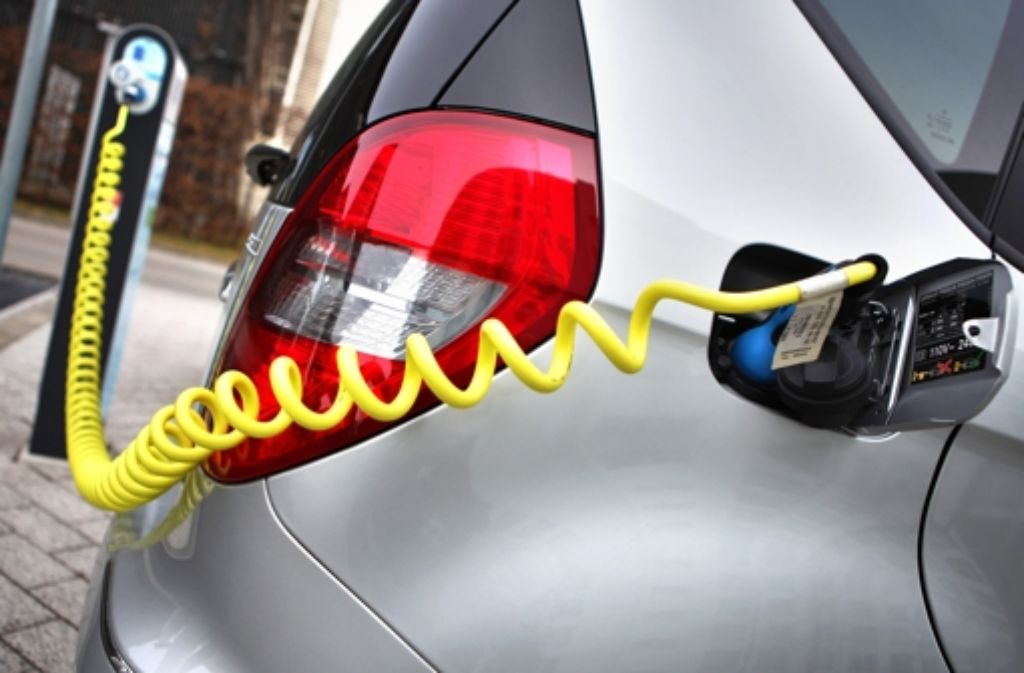 Nach Berechnungen der Regierung beläuft sich der Finanzbedarf bei der Einführung einer Prämie von  5000 Euro   zum Kauf eines Elektroautos auf insgesamt zwei Milliarden Euro. Foto: dpa