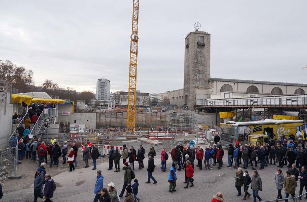 Die Besucher warteten geduldig vor der S-21-Baustelle. Foto: Andreas Rosar Fotoagentur-Stuttg/Andreas Rosar Fotoagentur-Stuttg