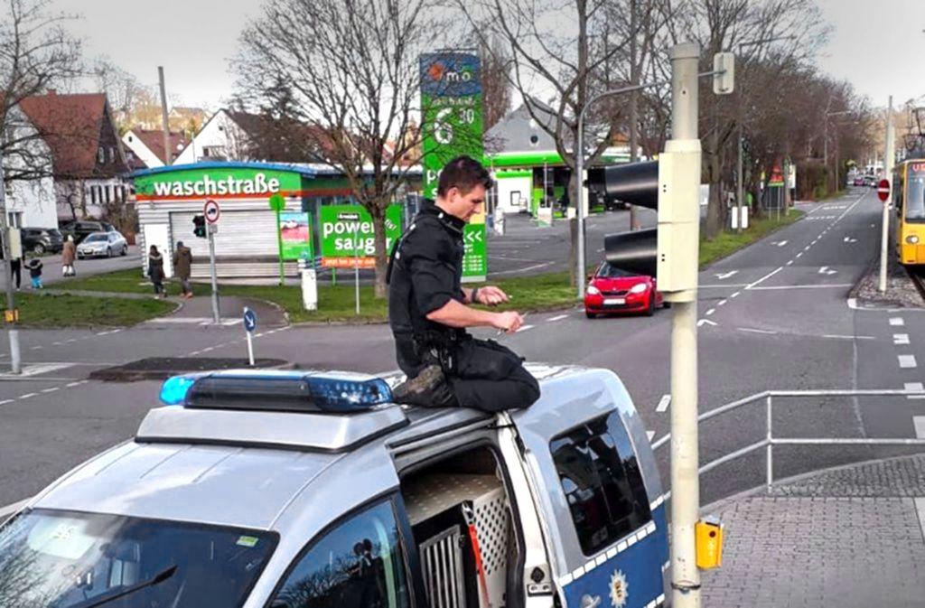 Der Freund und Helfer auf dem Autodach wird zum viralen Hit. Foto: Facebook Polizei Stuttgart