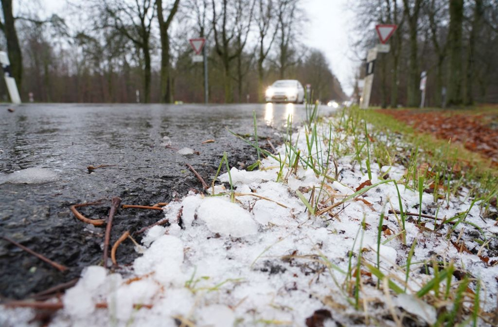 Auf den Straßen kann es auch am Wochenende noch sehr glatt werden (Archivbild). Foto: Fotoagentur-Stuttgart/Andreas Rosar