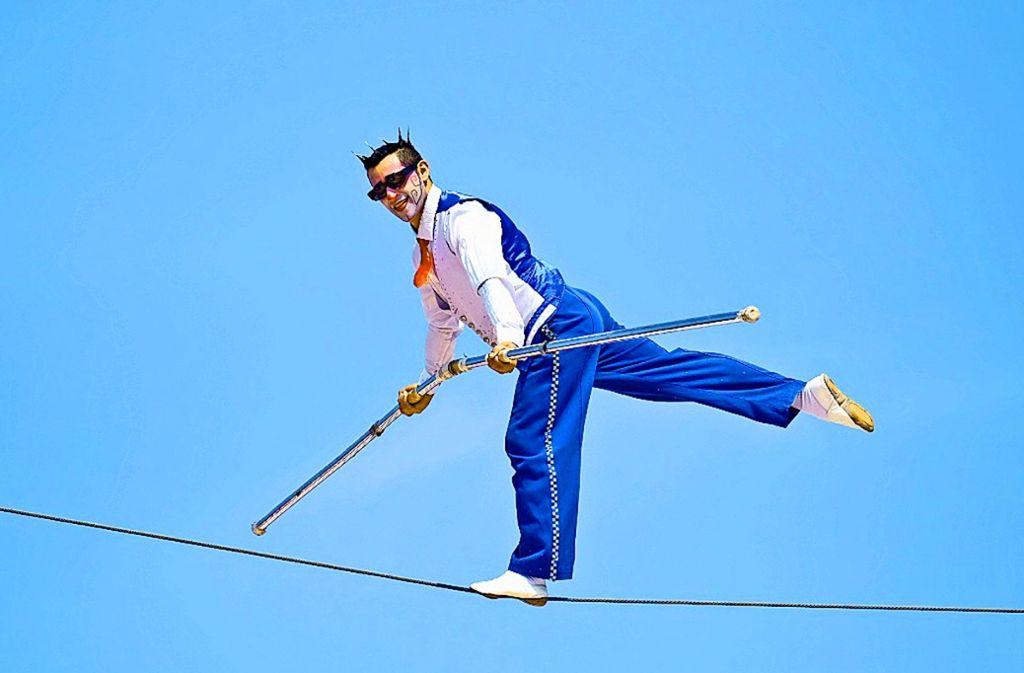 Hoch über dem Zeltdach macht Henry Ayala artistische Werbung für die Vorstellungen. Foto: Zirkus Charles Knie