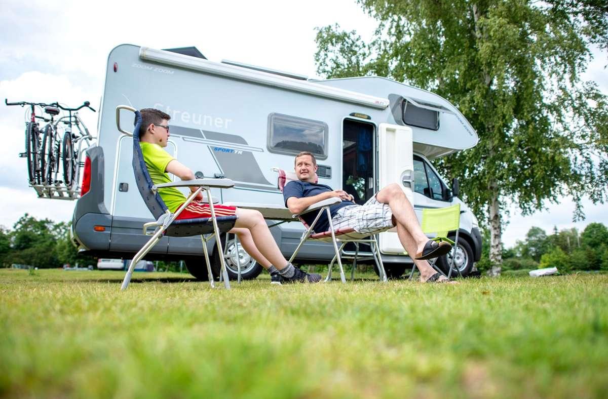 Mieten oder kaufen? Wer mit dem Wohnmobil in den Urlaub möchte, sollte einige Dinge beachten. (Symbolbild) Foto: dpa/Hauke-Christian Dittrich