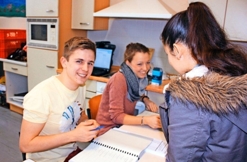 Robin Rösslein und Verena Vetter haken gewissenhaft jeden Namen im Wählerverzeichnis ab. Foto: Annina Baur