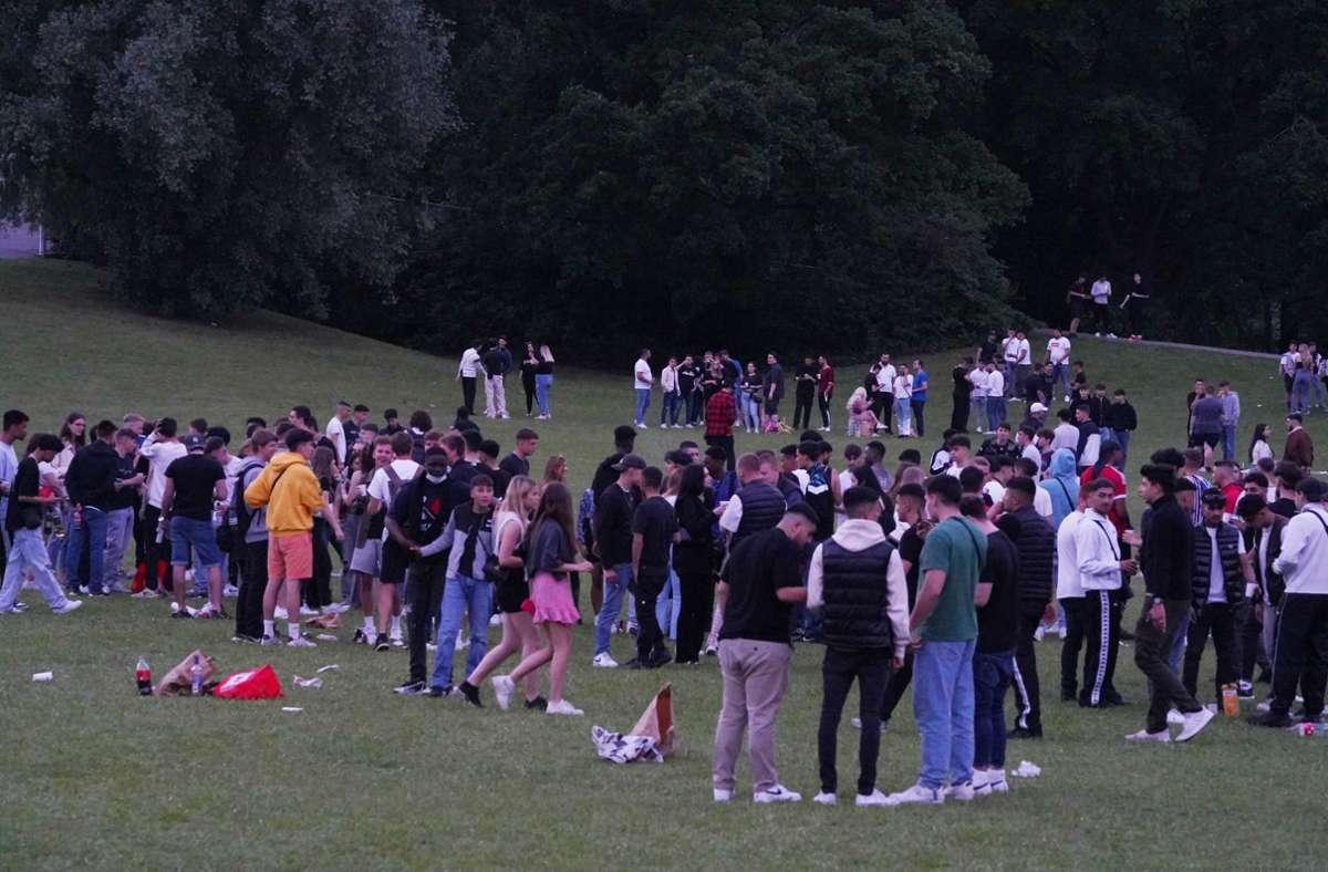 Am  Max-Eyth-See kommen überwiegend junge Leute zusammen. Foto: Andreas Rosar