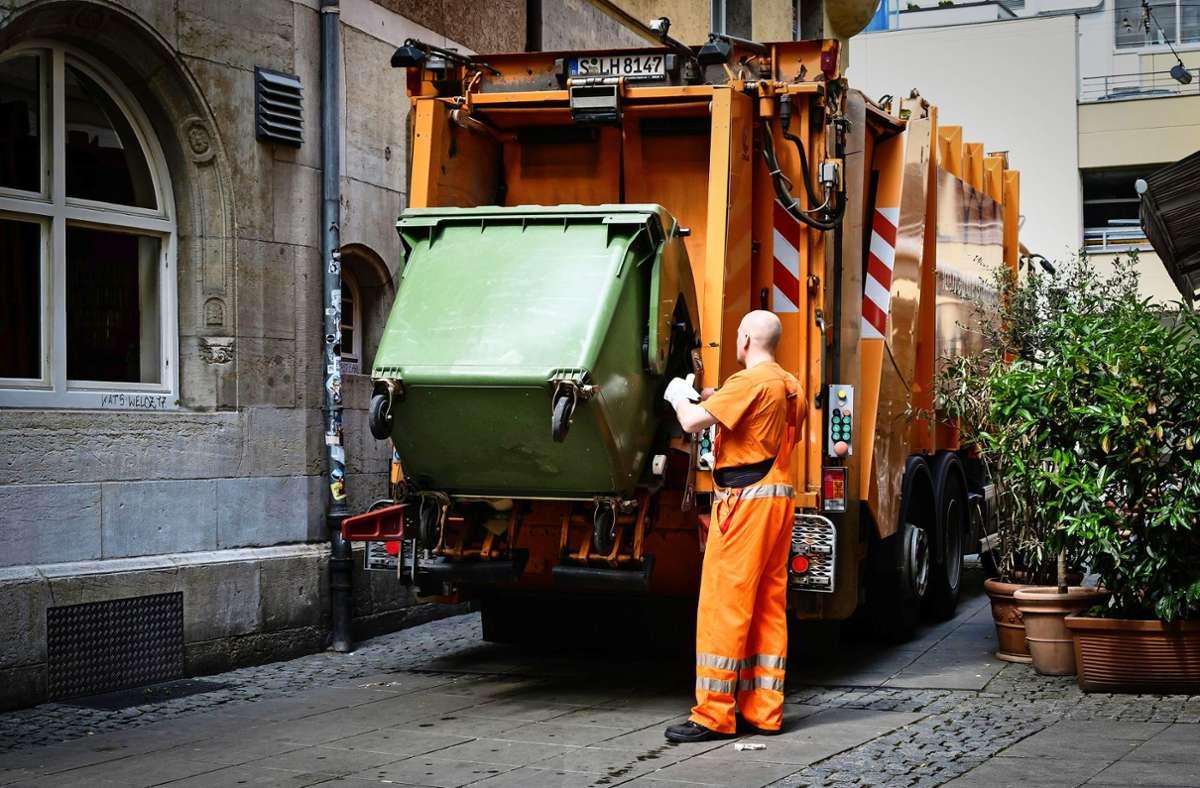 Die Müllabfuhr unterwegs in der Stuttgarter Innenstadt. Auf den Fildern wird der Papiermüll gerade nicht abgeholt. Foto: Lichtgut/Achim Zweygarth