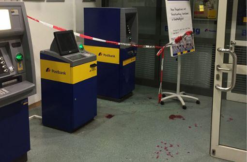 Ist das eine Blutspur auf dem Boden der Postfiliale?
