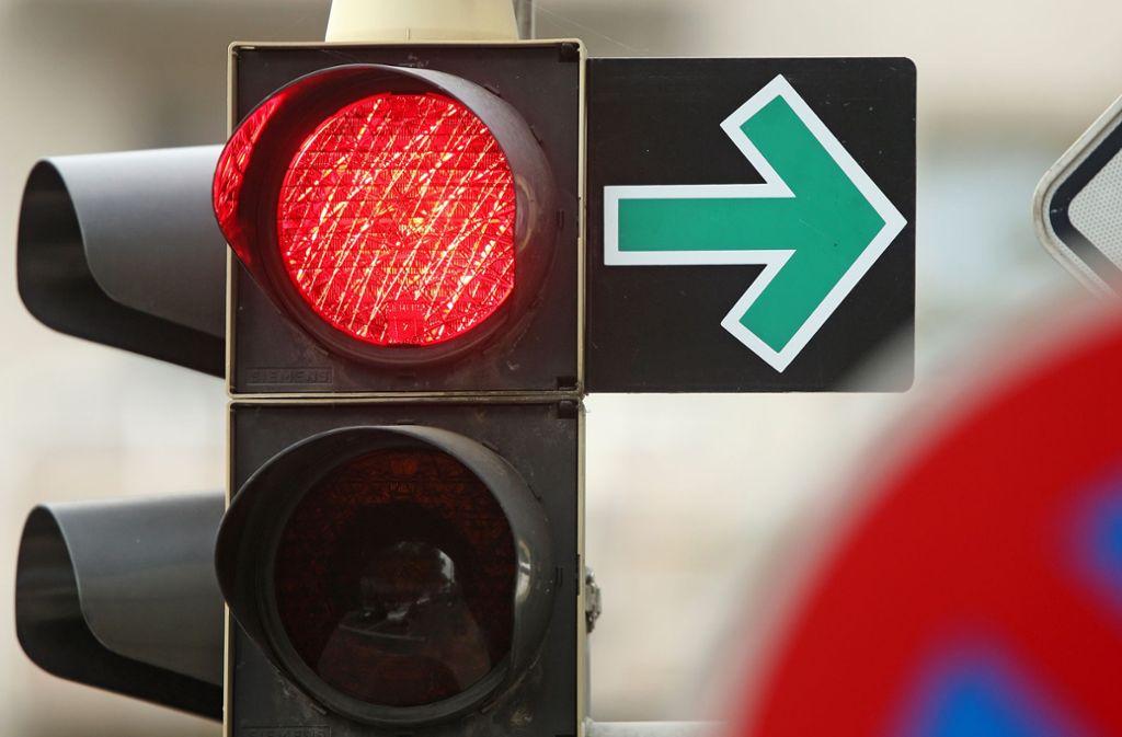 In Stuttgart soll der grüne Abbiegepfeil für Radfahrer getestet werden. Er ermöglich das Abbiegen nach Rechts trotz roter Ampel. Foto: dpa-Zentralbild