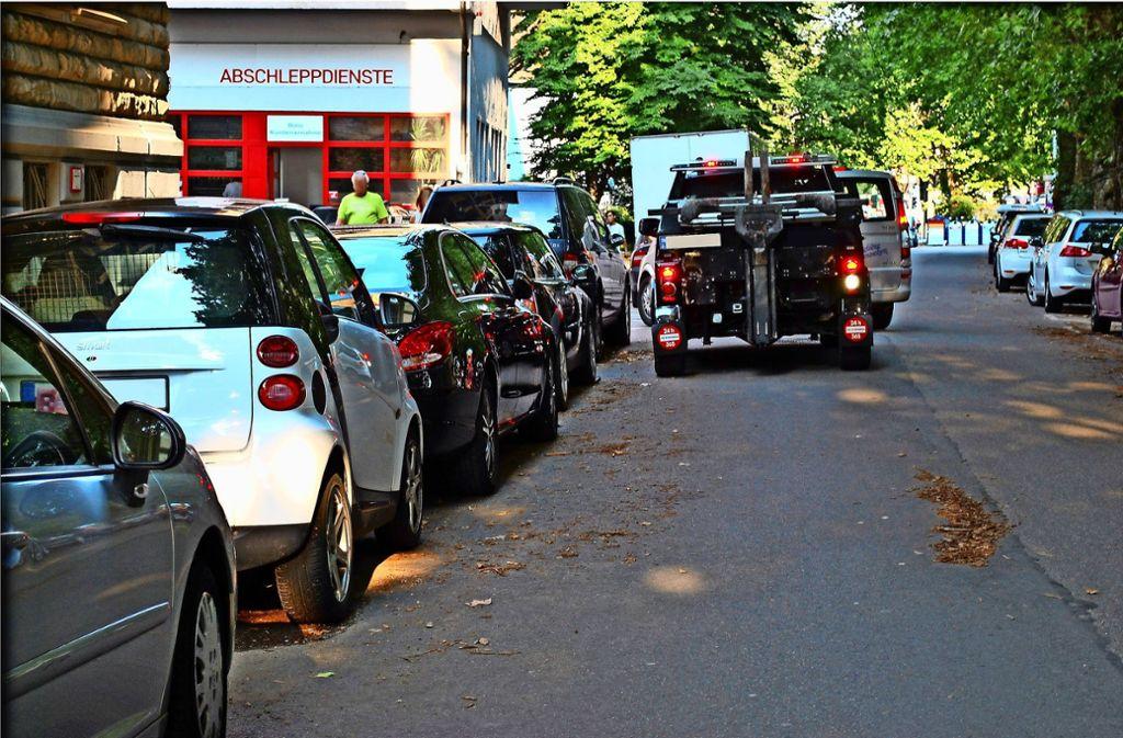 Nachts dürfen keine Autos auf den Hof in der Eisenbahnstraße geschleppt werden. Ob das Unternehmen dort arbeiten darf, muss ein Gericht entscheiden. Foto: seb