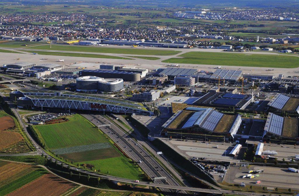 Wo kommt der S-21-Flughafenbahnhof hin – rechts oder links der A 8? Foto: Storck
