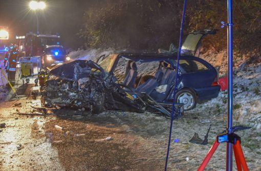 Autofahrer stirbt bei Unfall – weiterer Mann lebensgefährlich verletzt