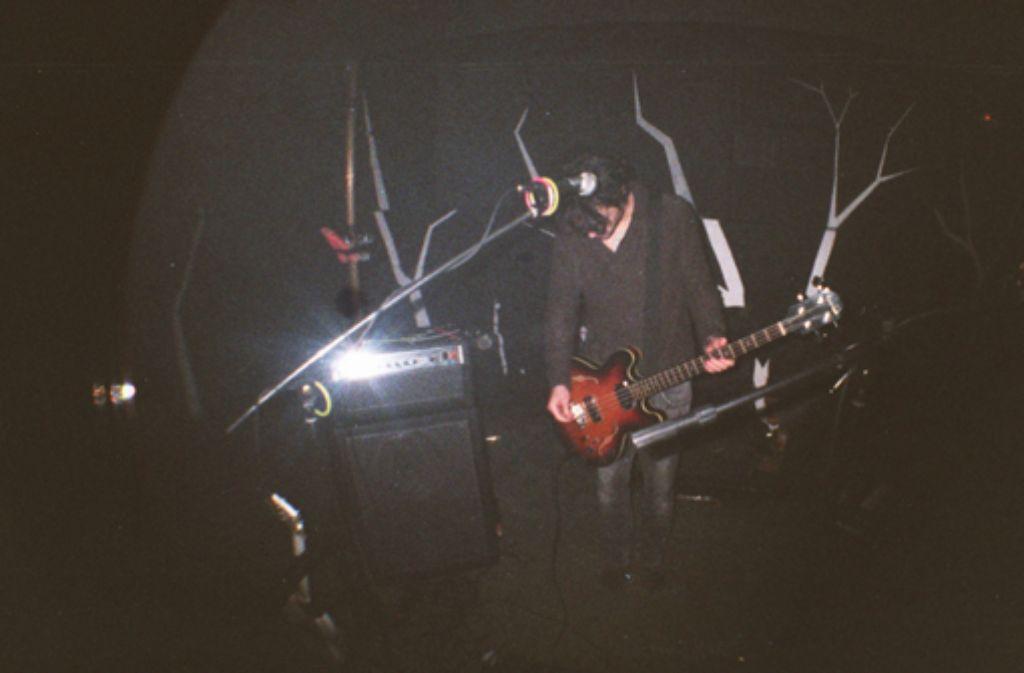 Eau Rouge sind eine Band - und mehr las das. Um heute den Schritt ins Musikgeschäft zu schaffen, muss man ein Gesamtkunstwerk sein. Und Partyveranstalter. Im Folgenden zeigen wir Bilder aus der Kurzzzeit-Partylocation Klub Goldene Nacht. Foto: privat