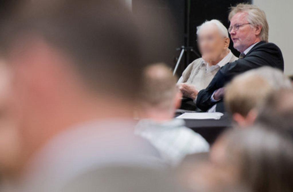 Der Angeklagte Oskar Gröning mit seinem Anwalt Hans Holtermann im Gerichtssaal. Foto: dpa