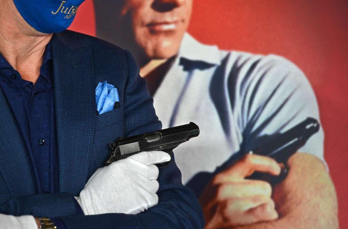 """Die Pistole von Typ Walther PP, die Bond-Darsteller Sean Connery bei seinem ersten Auftritt als Geheimagent in """"James Bond - 007 jagt Dr. No"""" (1962) nutzte, kam nun bei  Julien's Auctions in Hollywood unter den Hammer. Foto: AFP/ROBYN BECK"""