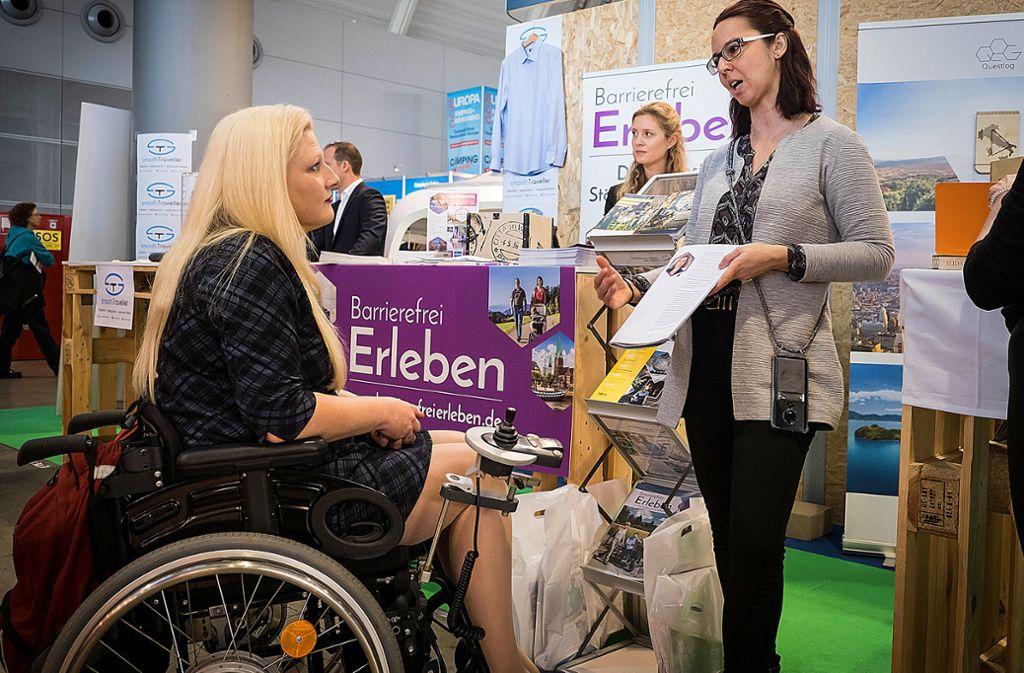 Die Landesbehindertenbeauftragten Stephanie Aeffner (li.) auf der CMT mit Sandra Feld vom  Stand Barrierefrei Erleben Foto: Lichtgut/Achim Zweygarth Foto: