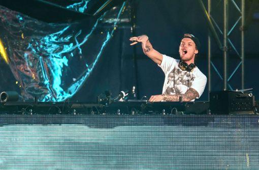 Kirchenglocken spielen Hits des verstorbenen DJs