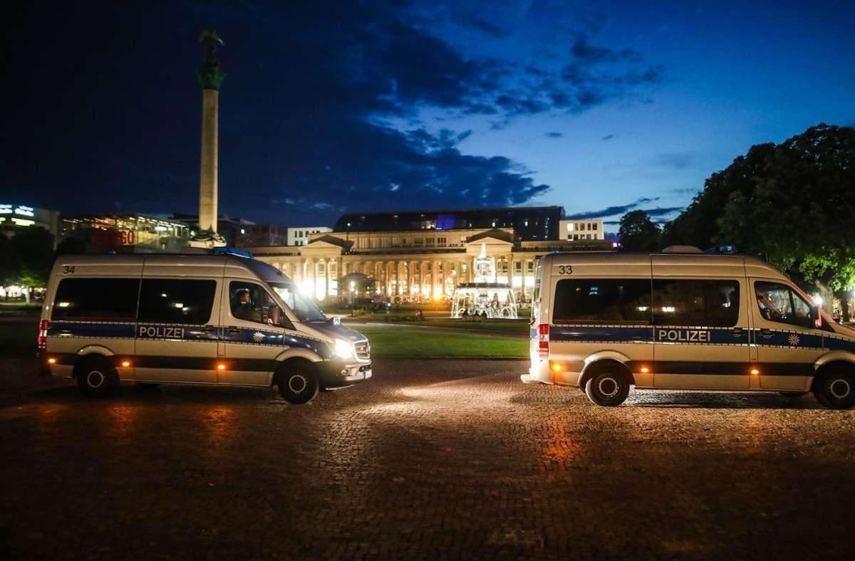 Einsatzwagen der Polizei stehen auf dem Schlossplatz. Nach den Krawallen des letzten Wochenendes, ist die Polizei mit einem hohen Aufgebot in der Innenstadt präsent. Foto: dpa/Christoph Schmidt