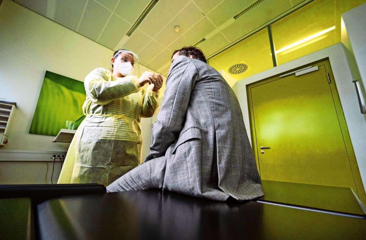 Eine Krankenschwester  des Gesundheitszentrums beim Laserspezialisten Trumpf nimmt  einen Corona-Schnelltest an einem Mitarbeiter vor. Foto: dpa/Marijan Murat