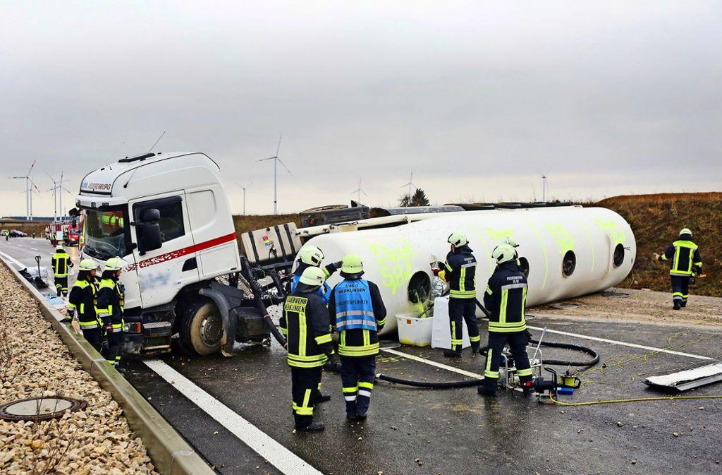 Einsatzkräfte der Feuerwehr sichern den havarierten Tanklastzug bei Dornstadt. Foto: dpa