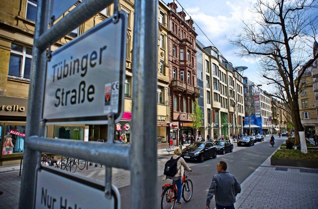 Die Tübinger Straße ist inzwischen recht hübsch geworden, nur die Fläche unter der Paulinenbrücke ist und bleibt das Sorgenkind der Stadt. Foto: Lichtgut/Max Kovalenko
