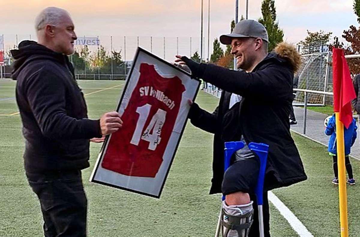 Der Gästetrainer Roland Sandmeyer überreicht Timo Rösch zum Abschied ein Präsent. Foto: Privat