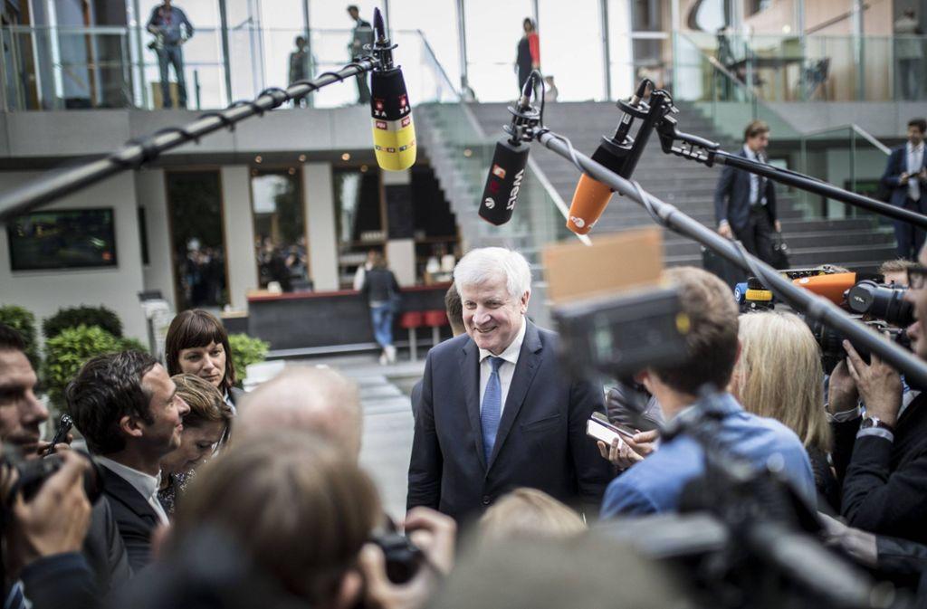 Viele Mikrofone, wenig konkrete Antworten: Bundesinnenminister Horst Seehofer nach der Pressekonferenz des Bundesamtes für Sicherheit in der Informationstechnik. Foto: imago stock&people