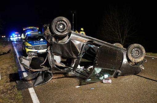 Durch Stoffdach geschleudert – Autofahrer ringt mit dem Tod