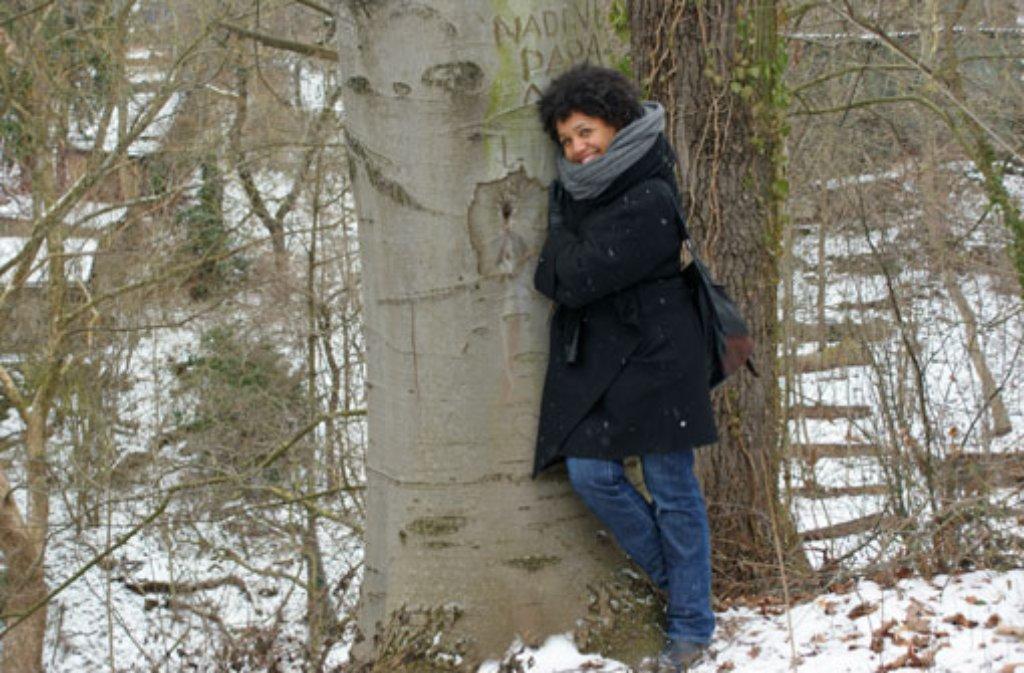 Was Sängerin, Tänzerin und ehemals Vocal Coach bei DSDS Fola Dada bei unserem Stadtspaziergang sonst noch so macht, außer Bäume zu umarmen, steht in der Bildergalerie und natürlich im Text. Foto: dane