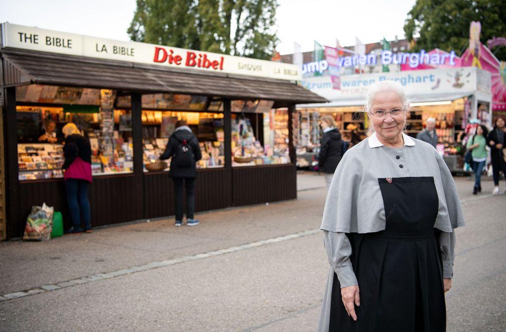 Gemeinsam mit anderen Schwestern vom Diakonissenmutterhaus Aidlingen verkauft Schwester Rosemarie auf demWasen Bücher, CDs, Kalender, Postkarten - und Bibeln. Foto: dpa/Sebastian Gollnow