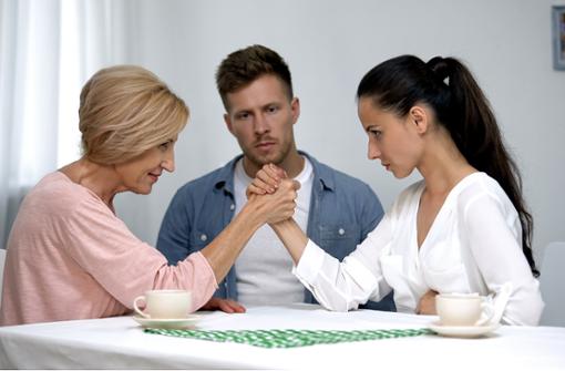 Streit wegen der Schwiegermutter kann die Partnerschaft belasten