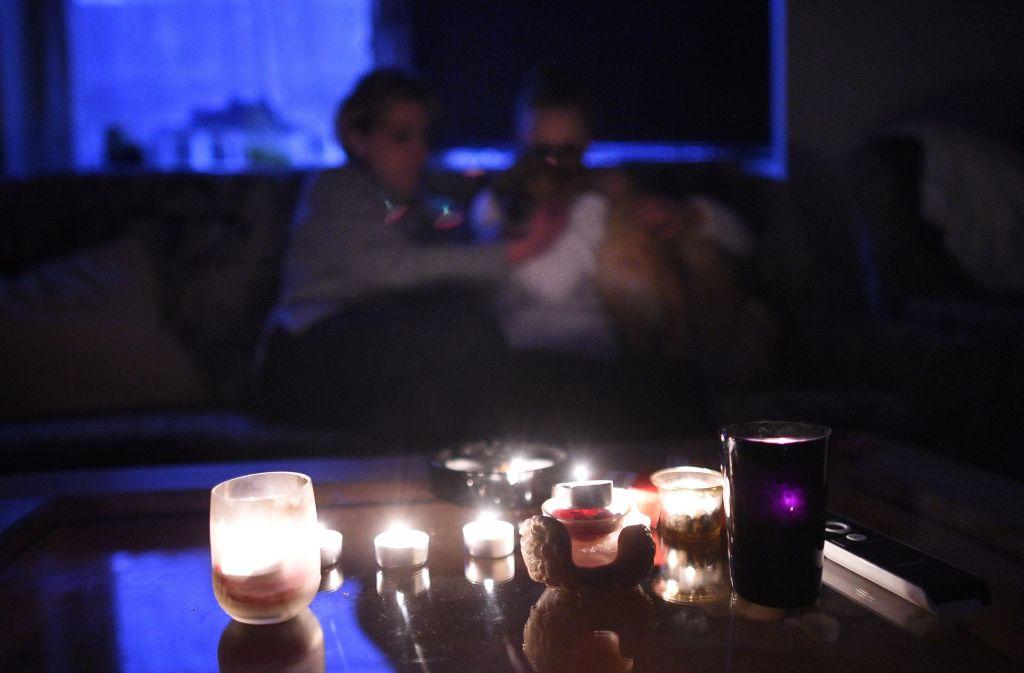 Wer die Stromrechnung nicht bezahlt, der muss damit rechnen, im Dunkeln zu sitzen. Foto: dpa