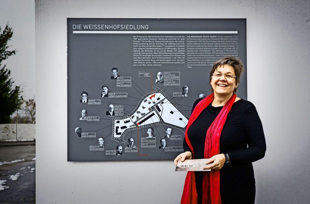 Suse Kletzin vor einer Infotafel in der Weißenhofsiedlung Foto: Lichtgut/Achim Zweygarth