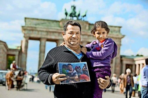 Am Ziel: Aus dem Meer gerettete  Flüchtlinge   vor dem Brandenburger  Tor. Foto: dpa