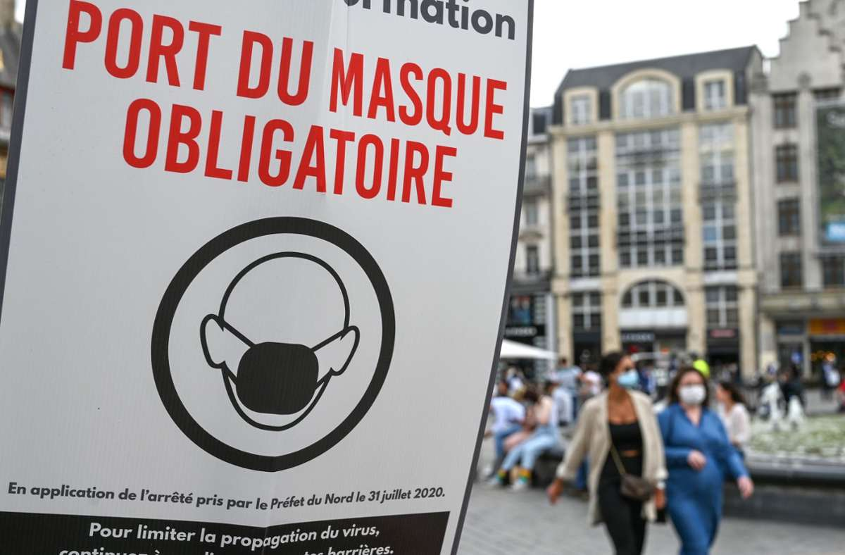 In immer mehr französischen Innenstädten ist das Tragen von Masken wegen der Corona-Pandemie inzwischen Pflicht. Foto: dpa/Denis Charlet