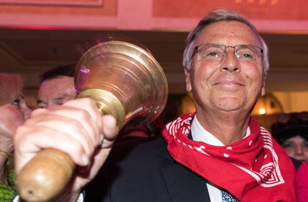 """Die """"Goldene Narrenschelle"""" für Wolfgang Bosbach – vor seinem angekündigten Abschied aus dem Bundestag erhält der Politiker die Ehrung durch die Narren. Foto: dpa"""