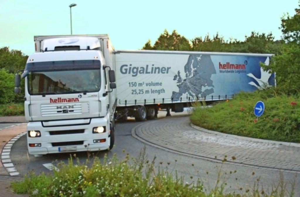 Genau 25,25 Meter lang sind die Gigaliner; sie dürfen versuchsweise bis zu 40 Tonnen transportieren; damit gehen drei bisheriger Lastwagenladungen in zwei Fuhren. Foto: dpa