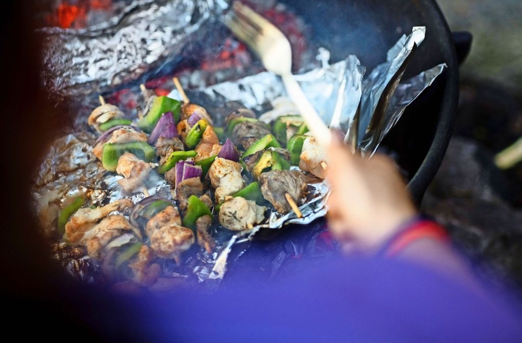 Wer beim Grillen eine Aluschale benutzt, sollte besser kein mariniertes Fleisch verwenden. Foto: Tyler  Olson/Adobe Stock