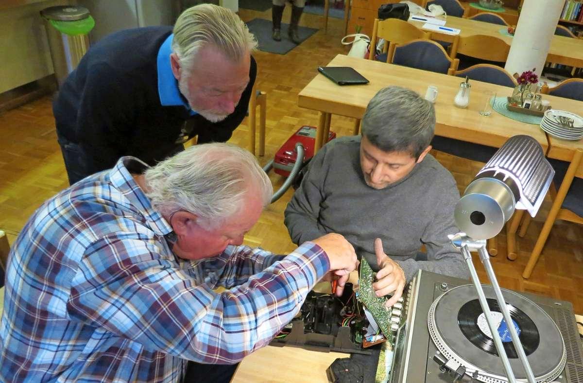 Mit  geschickten Händen können defekte Geräte wieder in Gang gebracht werden. Foto: Bernd / Zeyer