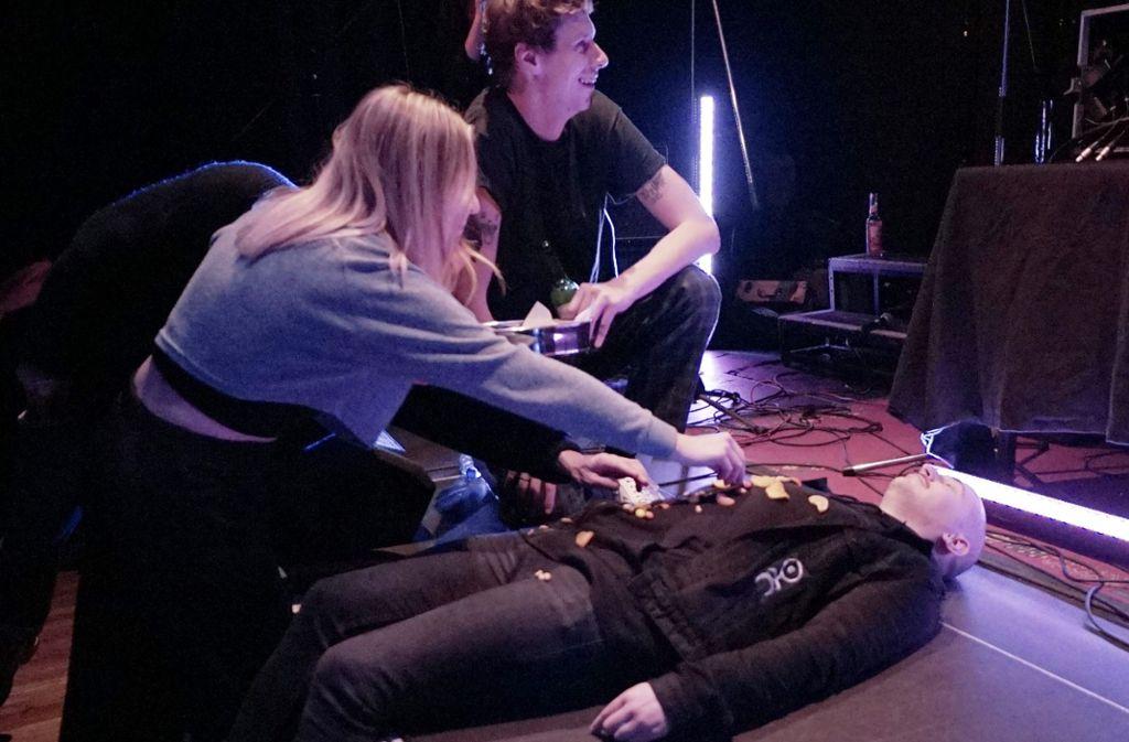 Snacks auf dem Bauch eines Konzertbesuchers: Das ist die Show von Euroteuro im Merlin in Stuttgart. Weitere Bilder zeigt die Fotostrecke. Foto: Jan Georg Plavec