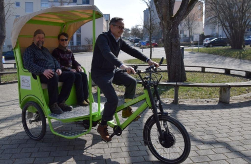 Die Vereinsvorsitzenden Peter Kungl und Ebvelin Bleibler lassen sich von  Olaf Brandt durch das Wohngebiet Lauchäcker kutschieren. Foto: Alexandra Kratz