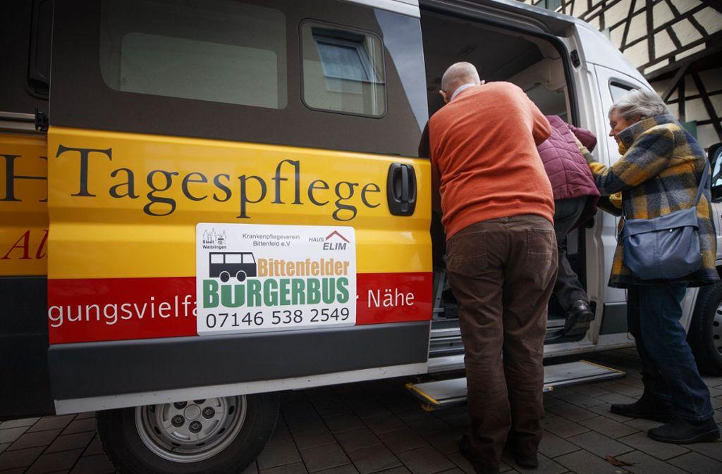 Vielen älteren Menschen bringt der Bürgerbus Foto: Gottfried Stoppel