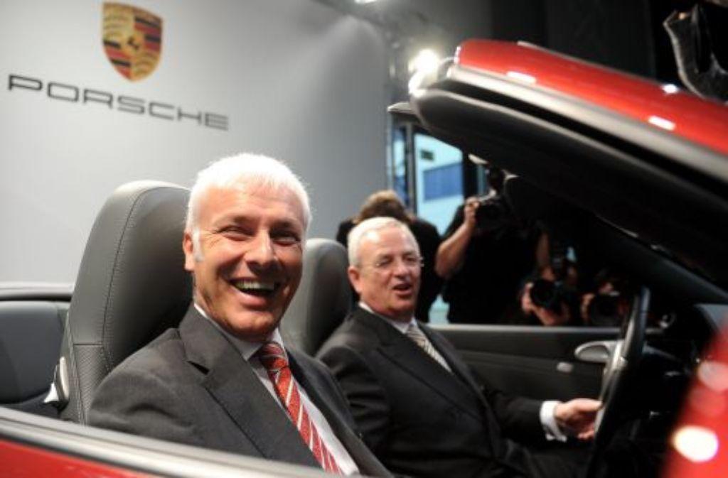 Porsche-Vorstandschef Matthias Müller (links) mhat die ehrgeizigen Ausbauziele für die VW-Tochter bekräftigt. 3000 weitere Beschäftigte sollen in den kommenden fünf Jahren eingestellt werden. Foto: dpa