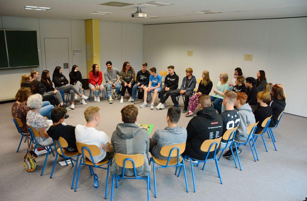 Die Schüler sitzen gemeinsam im Stuhlkreis. Die 16-jährige Laura (im roten Pulli) erzählt, wie ihr Leben als Jüdin in Deutschland aussieht. Foto: privat