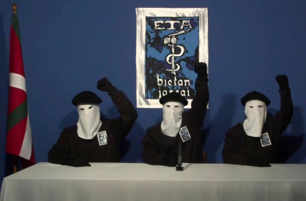 Im Jahr 2011 zeigten sich maskierte ETA-Mitglieder kämpferisch mit erhobenen Fäusten (Archivbild). Foto: AP