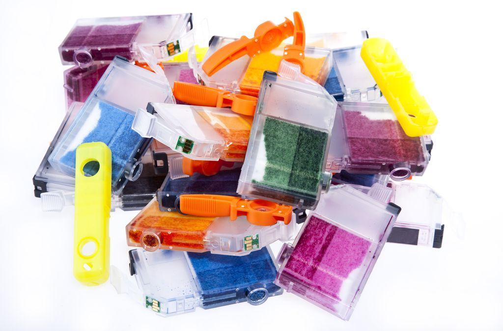 Der kleine Chip am unteren Ende macht die Druckerpatronen zu Elektroschrott. Foto: Chris Curtis / shutterstock.com