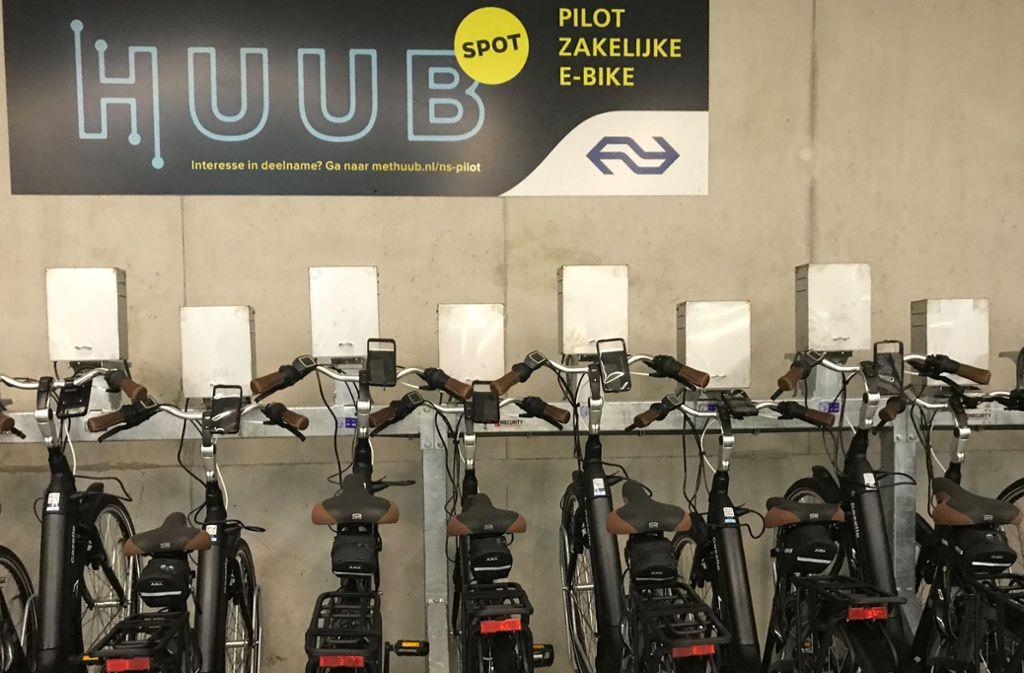 Ladestation für E-Bikes  in einer Fahrradparkgarage am Bahnhof in Amsterdam. Dies ist ein Pilotprojekt, bei dem man E-Bikes dienstlich mieten kann. Foto: dpa/Annette Birschel