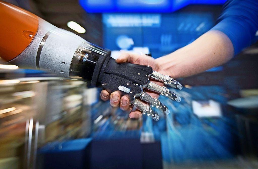 Mensch und Maschine – Hand in Hand: Doch Künstliche Intelligenz birgt auch Gefahren. Foto: dpa