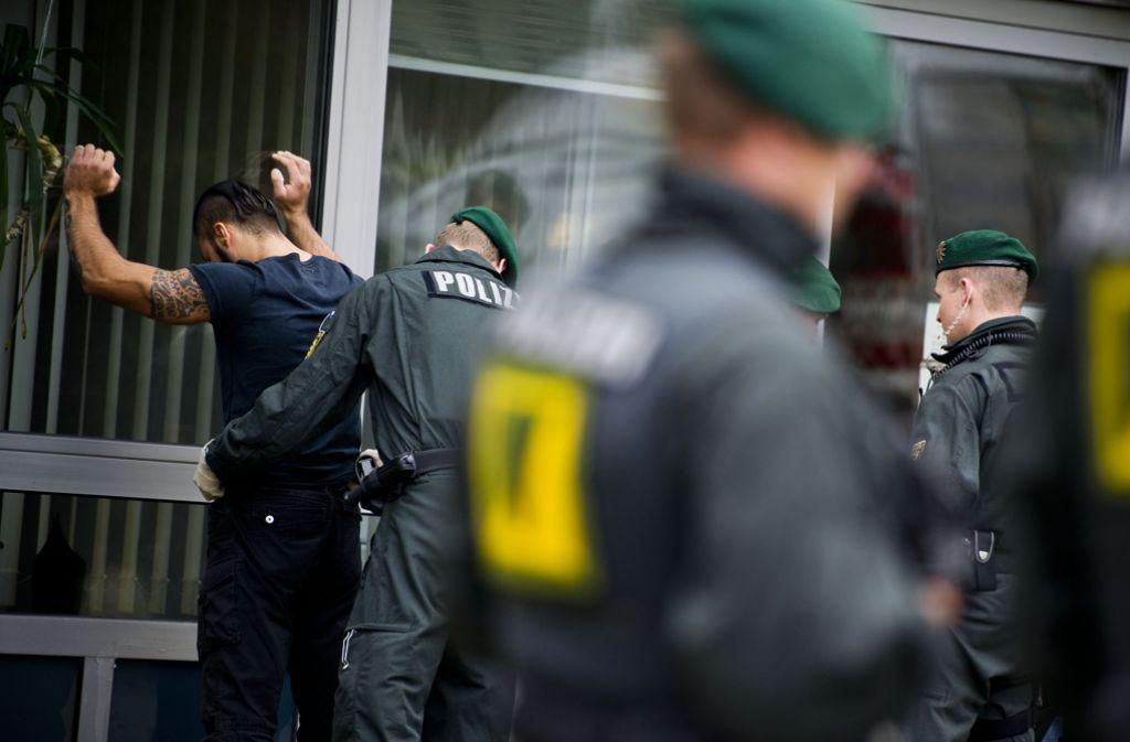 Sicherheitsmaßnahmen vor dem Landgericht beim ersten Prozess 2013: Die Polizei ist alarmiert, wenn es um Black Jackets und Red Legion geht. Foto: Max Kovalenko